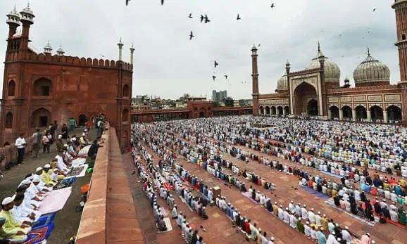 देश भर में मनाई जा रही बकरीद, सोशल डिस्टेंसिंग के साथ अदा की नमाज, दी मुबारक़बाद