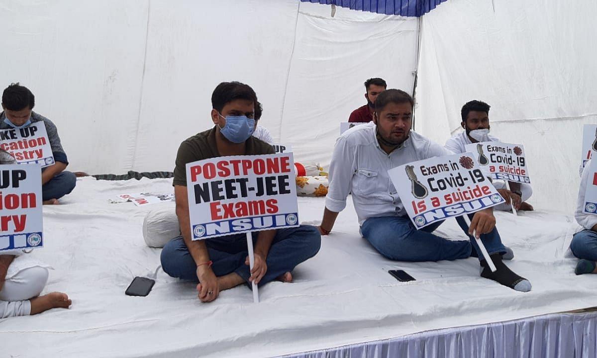 JEE और NEET परीक्षा के विरोध में NSUI ने शुरू की भूख हड़ताल