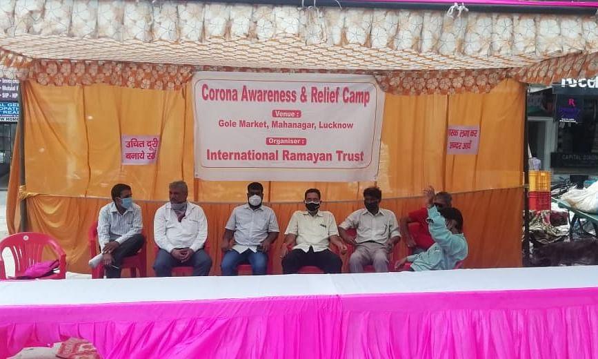 लखनऊ: जागरूकता और राहत शिविर का आयोजन, जरूरतमंदों को मास्क, सैनिटाइजर वितरण