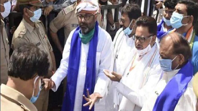 आजमगढ़ दलित प्रधान हत्या: परिवार से मिलने पहुंचा कांग्रेस प्रतिनिधिमंडल सर्किट हाउस में हुआ नजरबंद