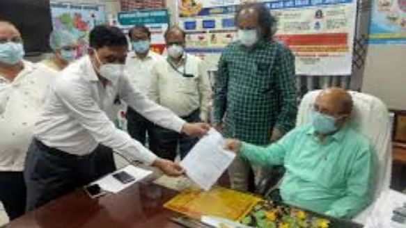 वाराणसी: अपमानजनक व्यवहार से तंग आकर 32 प्रभारी चिकित्सा अधिकारियों ने CMO को सौंपा इस्तीफा