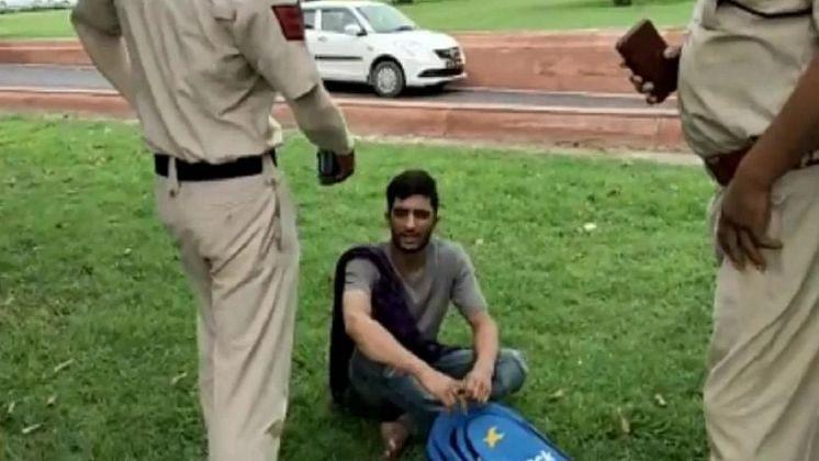 दिल्ली पुलिस ने संसद भवन के पास पकड़ा संदिग्ध शख्स, पास से मिली कोडवर्ड में लिखी चिट्ठी, 2 अलग नाम वाली आईडी बरामद