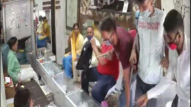 अलीगढ़: हाथों को सेनेटाइज कर बदमाशों ने कट्टा निकालकर लूटी ज्वेलरी शॉप, 35 लाख के गहने और 50 हजार लेकर फरार