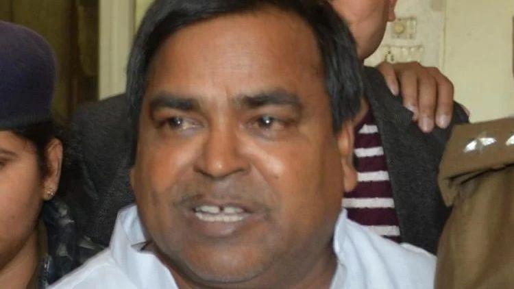 रेप के आरोपी गायत्री प्रसाद प्रजापति को मिली अंतरिम जमानत, देश छोड़कर बाहर नहीं जा सकेंगे पूर्व खनन मंत्री