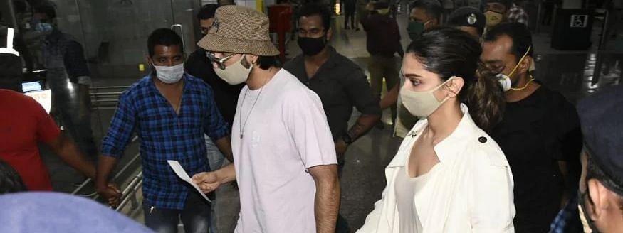 रणवीर सिंह का हाथ थामे देर रात मुंबई एयरपोर्ट पहुंची दीपिका पादुकोण, कल NCB करेगी पूछताछ