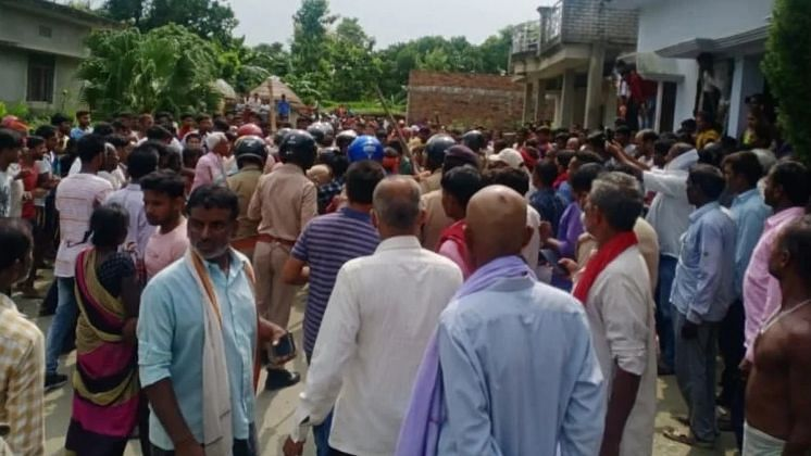 कुशीनगर डबल मर्डर: हत्या करके भाग रहे बदमाश को भीड़ ने पीट-पीटकर मार डाला, पुलिस बनी रही तमाशबीन