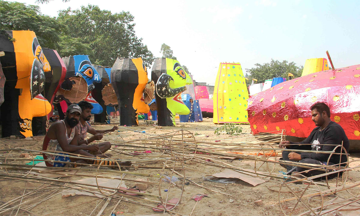 दिल्ली : रावण पर कोरोना का साया, हाथ पर हाथ धरे बैठे हैं पुतला कारीगर