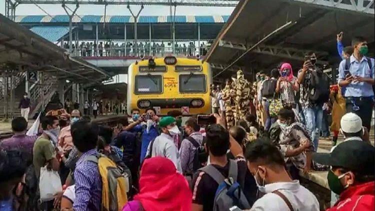 दीवाली से पहले शुरू नहीं हो पाएंगी मुंबई लोकल ट्रेनें, गुस्साए यात्रियों ने किया प्रदर्शन
