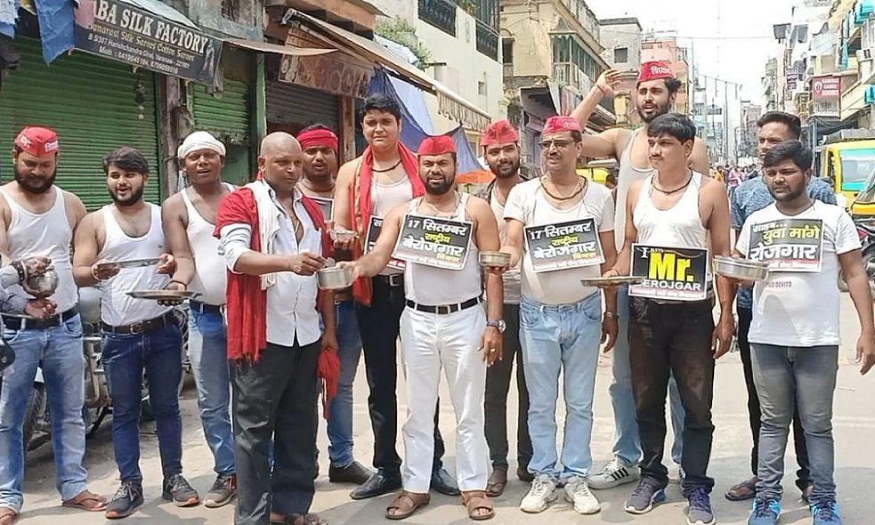 वाराणसी: PM मोदी के जन्मदिन पर SP कार्यकर्ताओं ने मांगी भीख, I am Mr. Berojgar की तख्ती टांगकर जताया विरोध