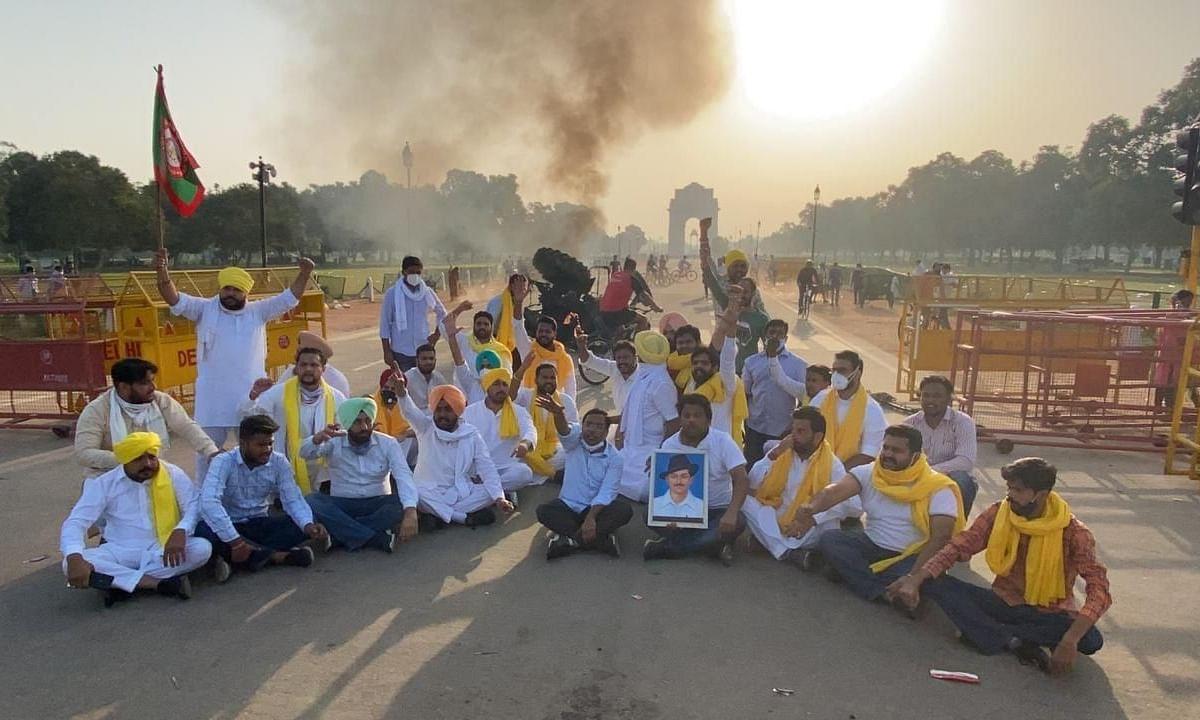 पंजाब युवा कांग्रेसियों ने इंडिया गेट के पास ट्रैक्टर में लगाई आग, 5 हिरासत में