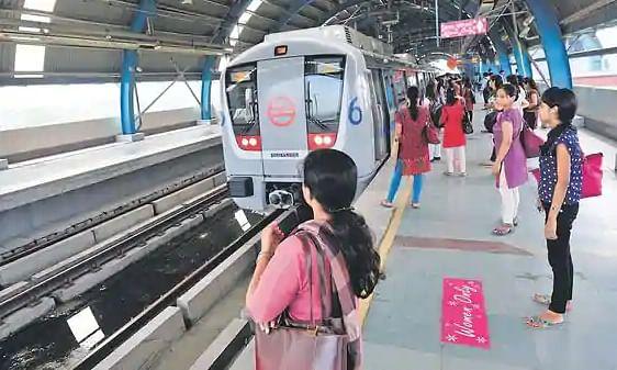 यात्रियों को दिल्ली मेट्रो की जानकारी नहीं, करते रहे ब्लू लाइन का इंतजार