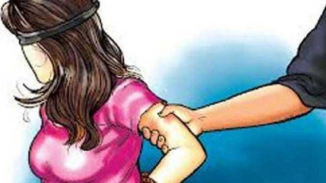 झांसी: कोरोना संक्रमित युवती से क्वारंटीन सेंटर के टॉयलेट में छेड़खानी से हंगामा, आरोपी युवक को जमकर पीटा