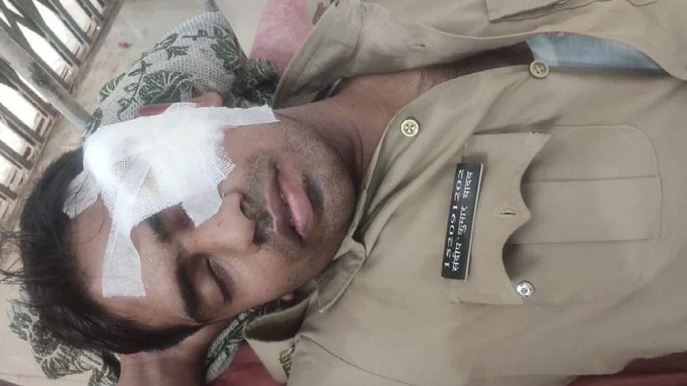 बलिया: पुलिस की पिटाई के खिलाफ धरना दे रहे लोगों का पथराव, ASP समेत 4 पुलिसकर्मी घायल