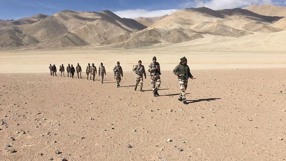 भारतीय सेना ने चीनी सैनिकों से घुसपैठ बंद करने को कहा, लगाए कंटीले तार