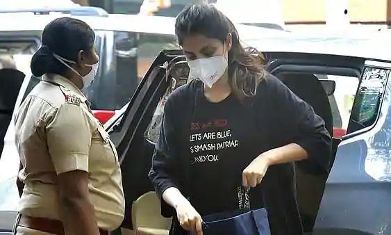 रिया के वकील का दावा, 'NCB की पूछताछ में एक्ट्रेस ने नहीं लिया किसी भी बॉलीवुड सेलेब्रिटी का नाम'