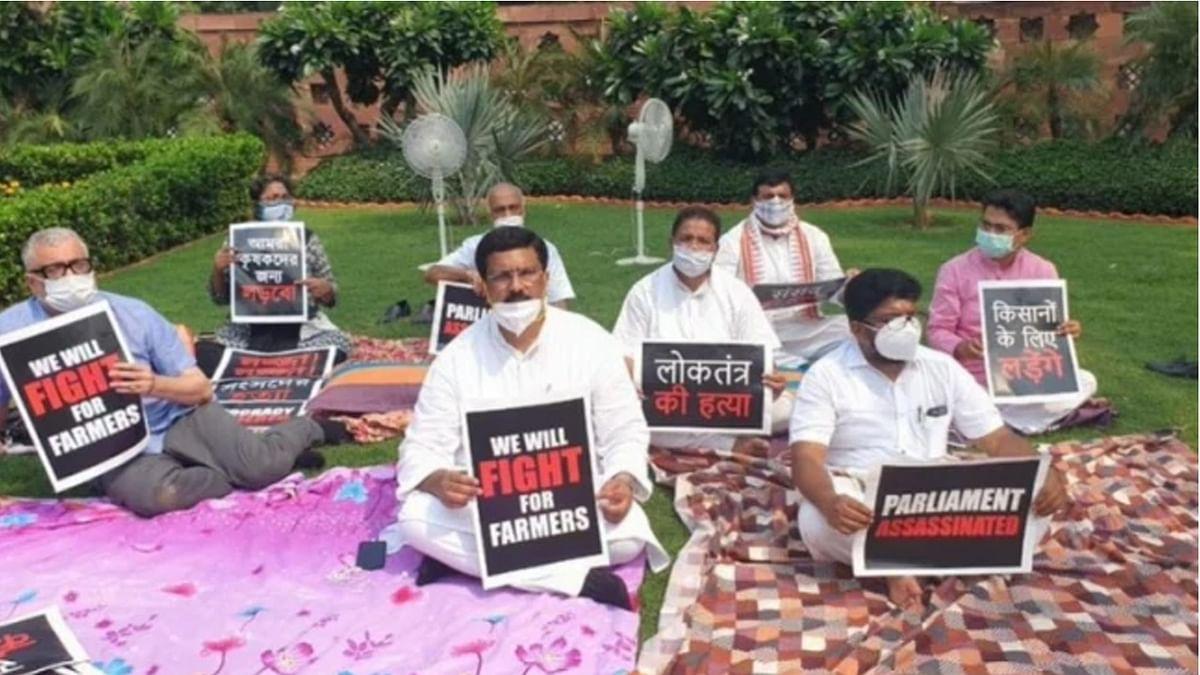 संसद में चादर-तकिया लेकर धरने पर बैठे निलंबित सांसद, कृषि बिल पास होने और निलंबन का कर रहे विरोध