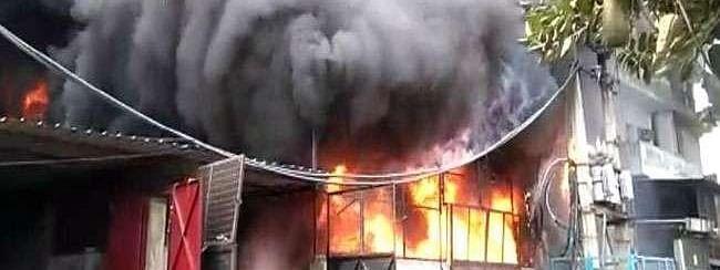 दिल्ली की जूता फैक्ट्री में लगी भीषण आग
