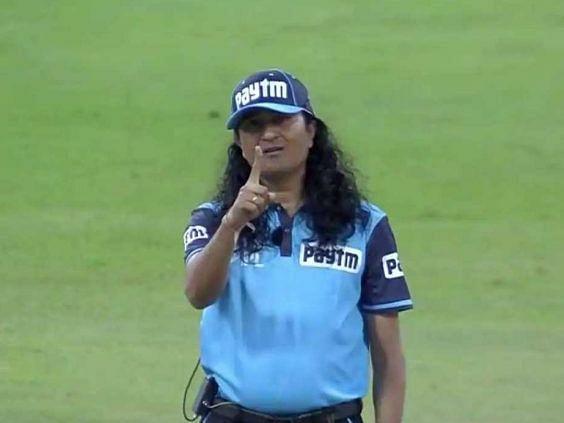 IPL-13: मैच में लंबे बालों वाले अंपायर पश्चिमी पाठक ने बटोरी सुर्खियां