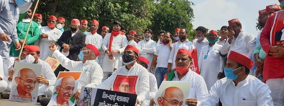 लखनऊ: हाथरस मामले को लेकर सपा का प्रदर्शन, पुलिस ने किया लाठी चार्ज