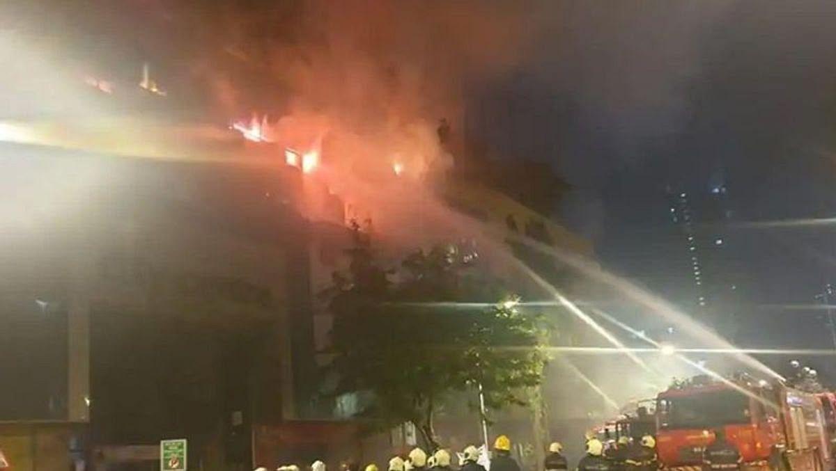 मुंबई के मॉल में भीषण आग, 2 फायरमैन जख्मी; आसपास की इमारतों से 3500 लोग निकाले गए