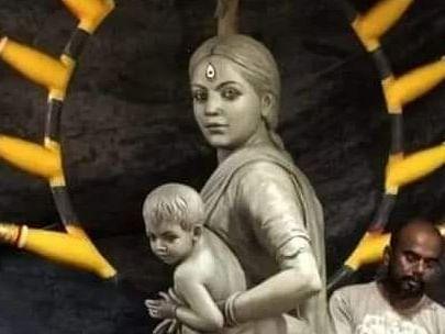 कोलकाता: मां दुर्गा की मूर्ति को दिया प्रवासी श्रमिक महिला का रूप, फिल्म जगत ने सराहा