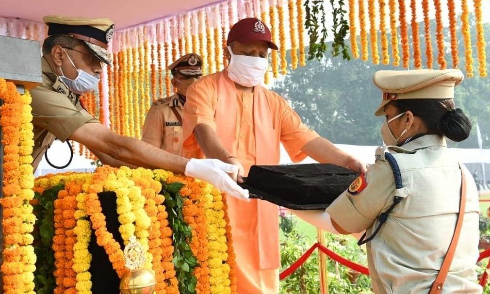 CM योगी ने बिकरू कांड में शहीद पुलिसकर्मियों के परिजनों को किया सम्मानित