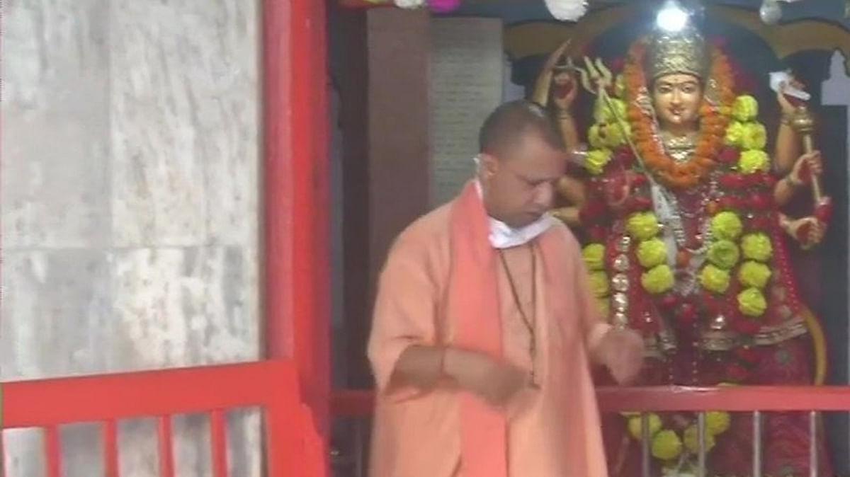 CM योगी ने गोरखनाथ मंदिर में किया 'कन्या पूजन'
