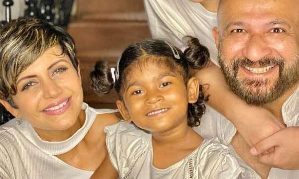 मंदिरा बेदी ने चार साल की लड़की को लिया गोद, सोशल मीडिया पर फोटो की शेयर