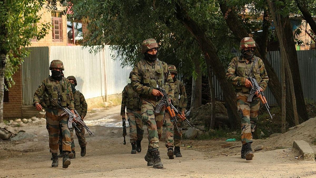 जम्मू-कश्मीर में सुरक्षा बलों ने बरामद किए हथियार, गोला बारूद