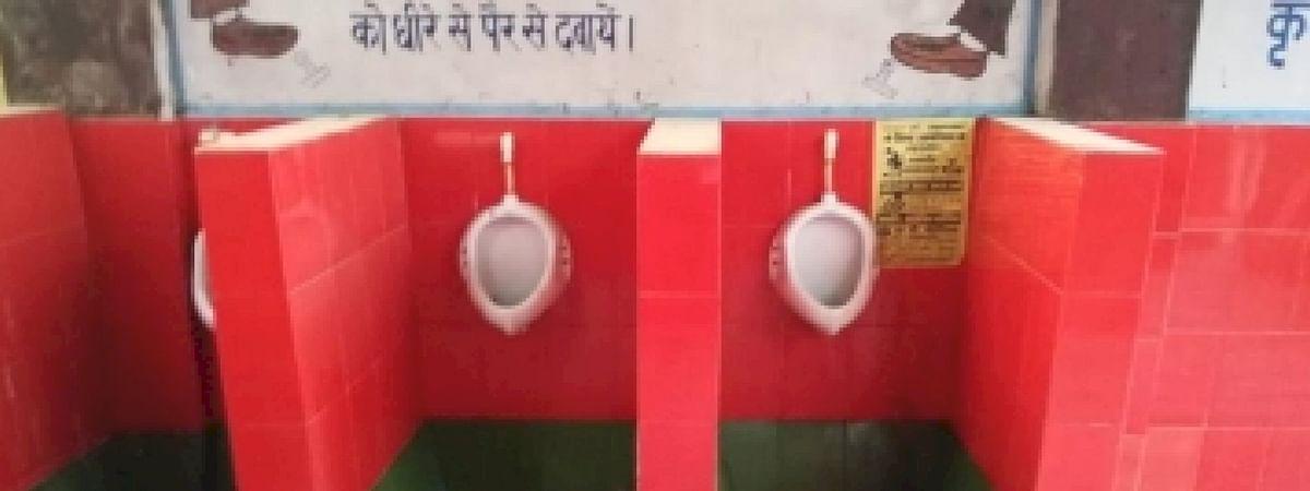 रेलवे अस्पताल के शौचालय के रंग को लेकर सपाईयों का हंगामा