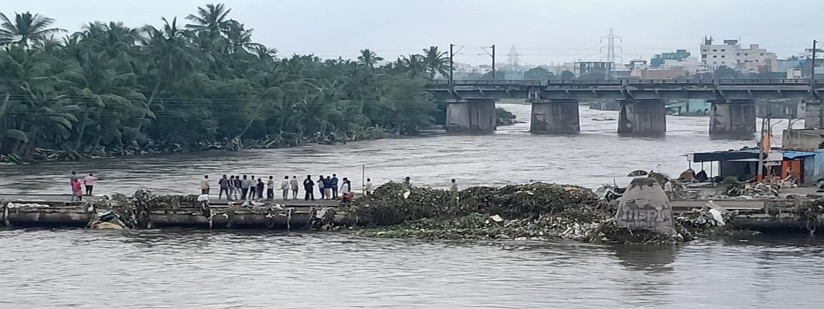 हैदराबाद में भारी बारिश से तबाही जारी, कई इलाकों में जलभराव