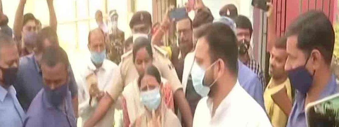 बिहार: पूर्व मुख्यमंत्री राबड़ी देवी और तेजस्वी यादव ने किया मतदान
