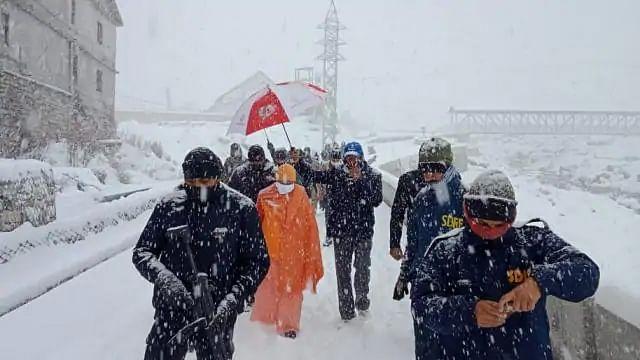 उत्तराखंडः पहाड़ों पर बर्फबारी, उप्र और उत्तराखंड के सीएम केदारनाथ में फंसे