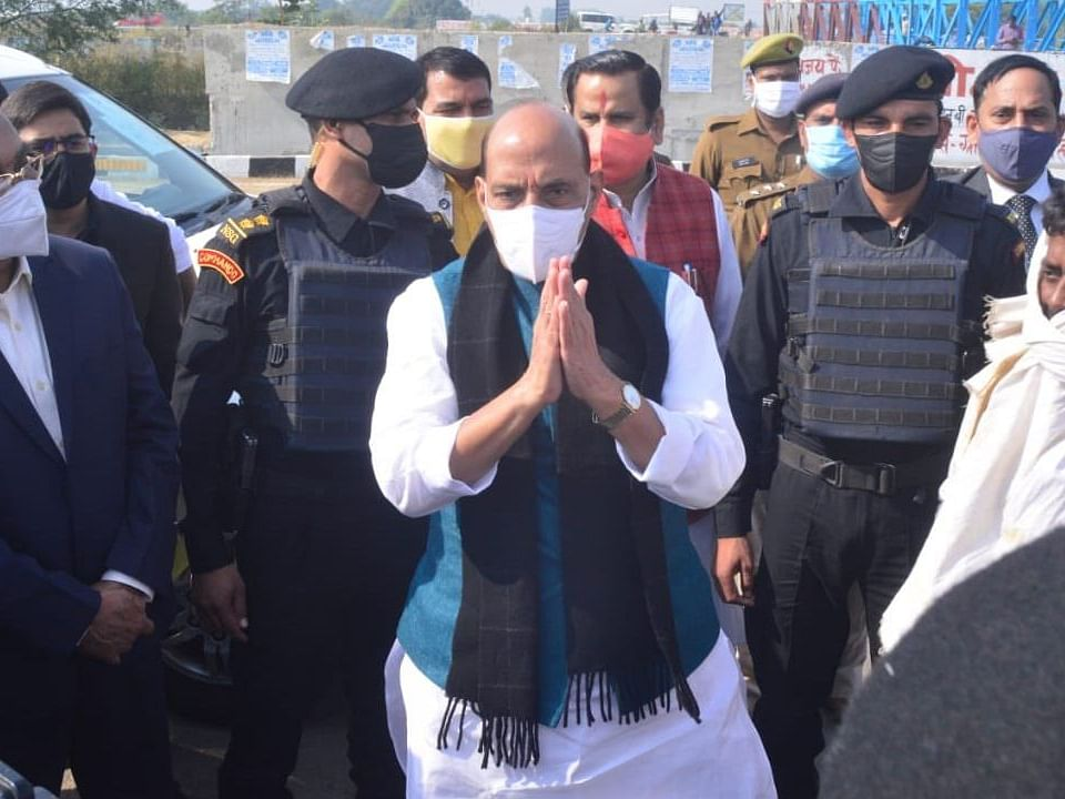 रक्षामंत्री राजनाथ सिंह पहुंचे लखनऊ, विकास कार्यो का लिया जायजा