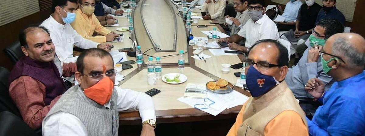 भोपाल में कांग्रेस-भाजपा नेताओं ने पार्टी दफ्तरों में डाला डेरा