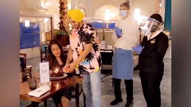 नेहा कक्कड़ और रोहनप्रीत सिंह का Video हुआ वायरल, रोमांटिक डिनर पर यूं काटा केक
