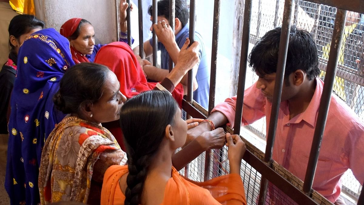 UP : 'भाई दूज' पर इस साल कैदियों की बहनों से नहीं हो पायेगी मुलाकात