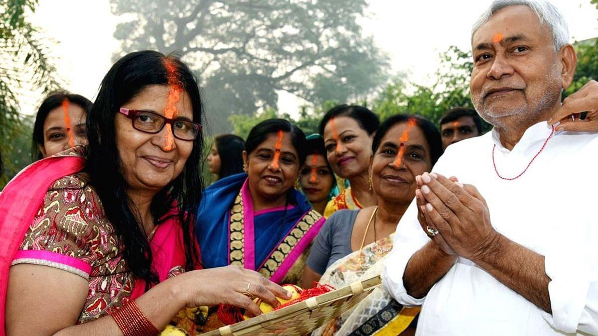 बिहार: नीतीश ने डूबते सूर्य को दिया अर्घ्य, तारकिशोर, रेणु भी करी भगवान भास्कर की अराधना