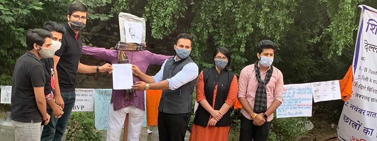 एक हफ्ते तक मुख्यमंत्री नहीं मिले तो छात्रों ने उनके पुतले को सौंपा ज्ञापन