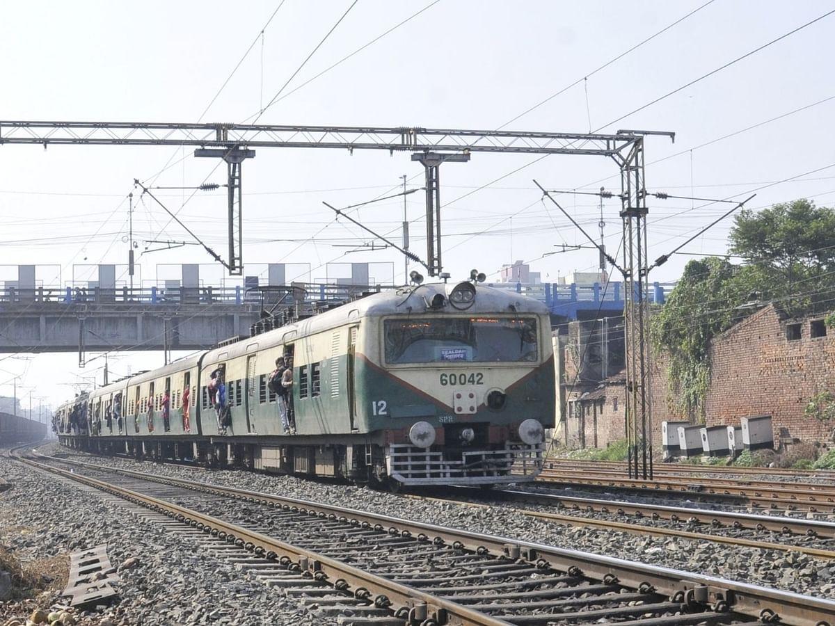 पश्चिम बंगाल: 8 महीने बाद फिर से शुरू हुईं लोकल ट्रेन सेवाएं