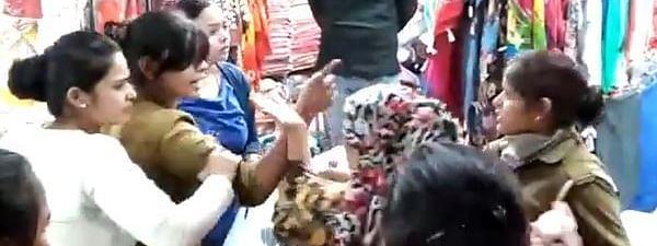 ख़रीदारी कर रही महिला ने कर दी लड़की की पिटाई, भीड़ के बीच रास्ता बनाने के लिए बस कहा था 'एक्सक्यूज मी आंटी'