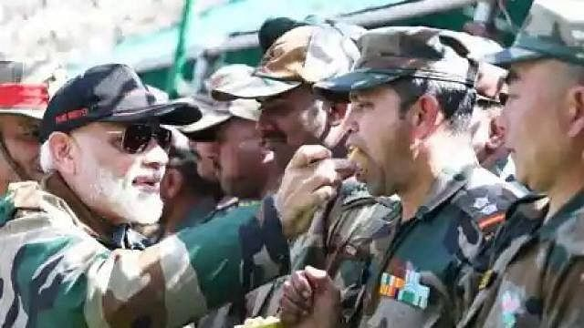 CDS और आर्मी चीफ के साथ PM मोदी जैसलमेर बॉर्डर पर जवानों संग मना रहे दीवाली