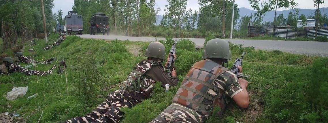 कश्मीर: पुलवामा जिले में सुरक्षा बलों के साथ मुठभेड़ जारी, एक आतंकवादी ने किया सरेंडर