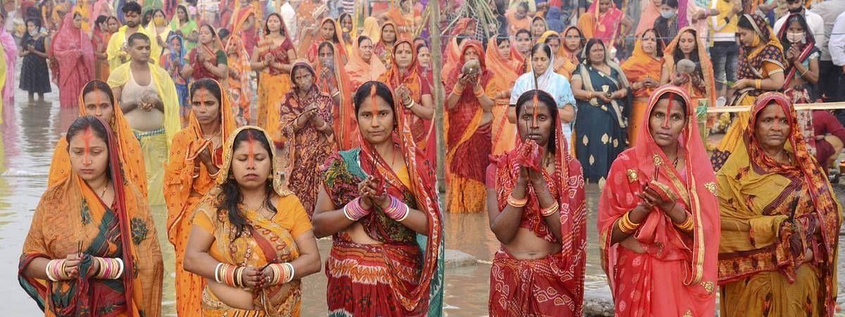 बिहार: सूर्योपासना के छठ व्रत पर अस्ताचलगामी सूर्य को दिया गया अर्घ्य