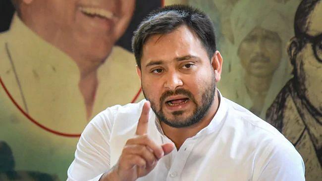 बिहार: राष्ट्रीय जनता दल को गांधी मैदान में नहीं मिली धरने की अनुमति, गेट के पास ही बैठ गए  कार्यकर्ता