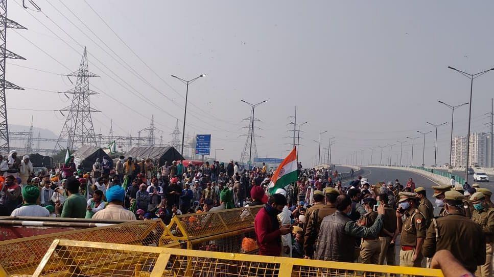 दिल्ली से उत्तर प्रदेश जाने वाले राजमार्ग को प्रदर्शनकारी किसानों ने कियाअवरुद्ध