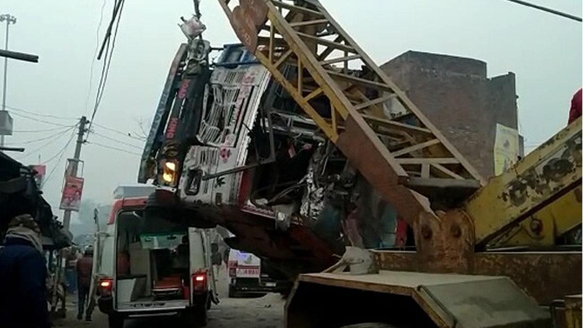 UP के कौशांबी में भीषण सड़क हादसा, SUV पर पलटा बालू लदा ट्रक, 8 की मौत