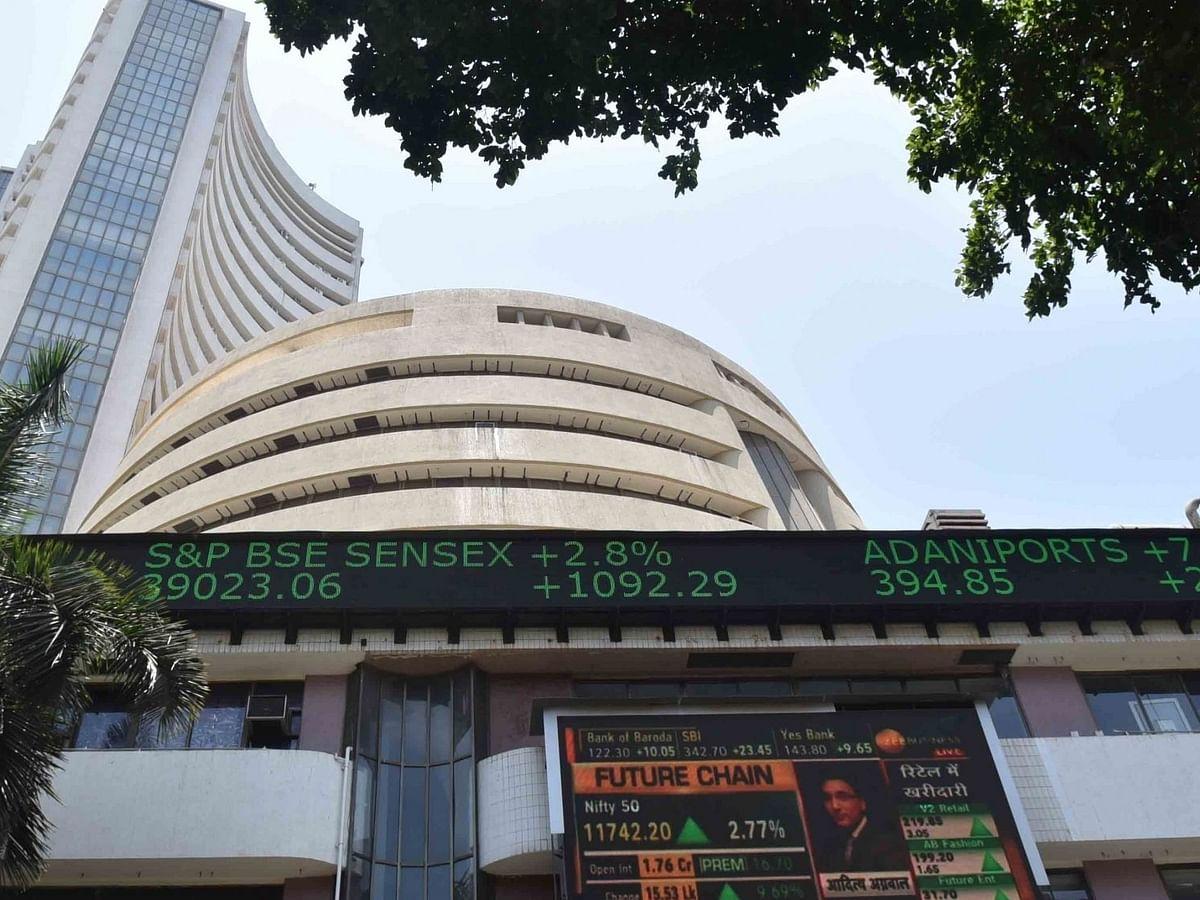 रिकॉर्ड ऊंचाई पर घरेलू शेयर बाजार, 300 अंक चढ़ा सेंसेक्स