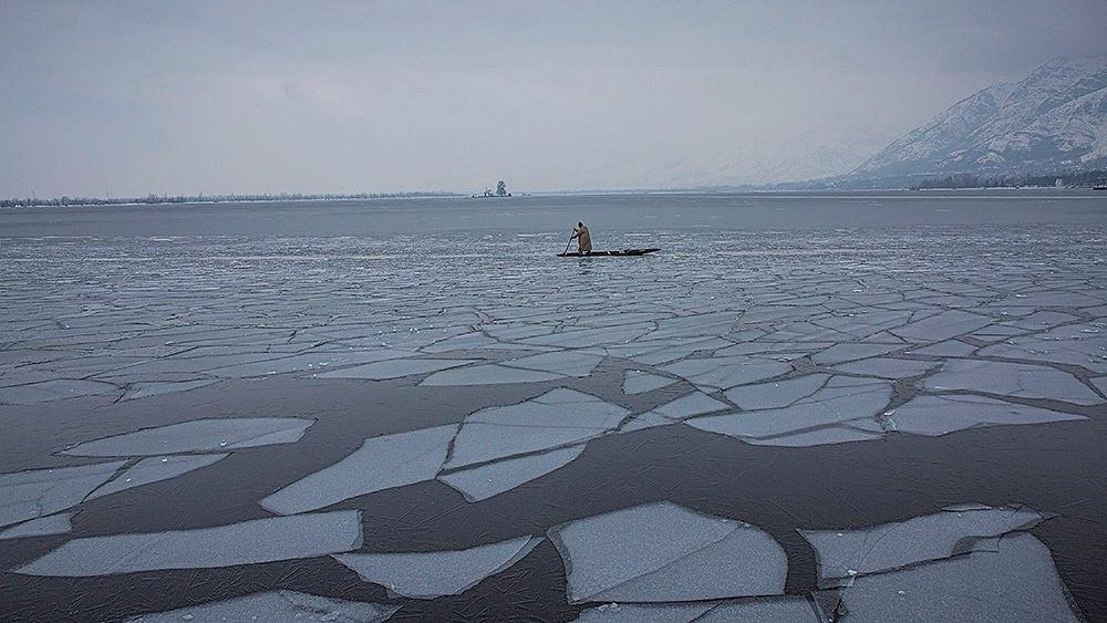 श्रीनगर में ठंड ने तोड़ा रिकॉर्ड, -7.8 डिग्री तक पहुंचा पारा, जम गई डल झील