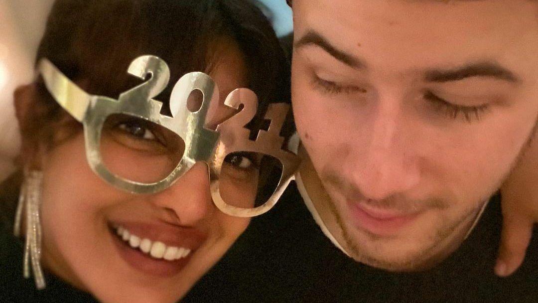 नए साल पर प्रियंका ने दिया फैंस को तोहफ़ा, पति निक जोनस के साथ शेयर की यह खूबसूरत तस्वीर